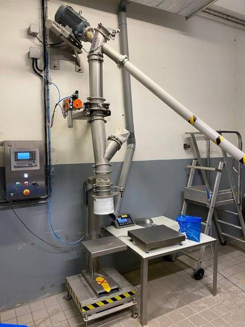 Ensacheuse peseuse semi-automatique pour préparer de pré-doses de mélange d'épices dans une usine de fabrication de saucissons